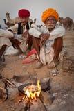 Hommes de Rajastani faisant le chapati cuire au four Photos stock