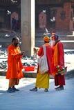 Hommes de Sadhu cherchant l'aumône dans la place de Durbar. Katmandou, Népal photo stock