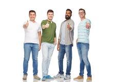 Hommes de sourire heureux montrant des pouces au-dessus de blanc Photographie stock