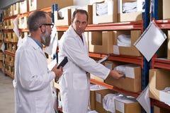 Hommes de surveillant et de directeur d'entrepôt de textile photo stock