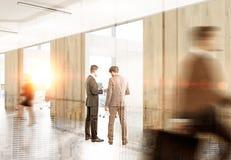 Hommes discutant le multiexposure de contrat Photos stock