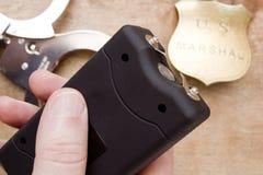 Hommes disponibles de pistolet à électrochoc Photo stock