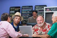 Hommes divers en café Photos stock