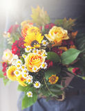 Hommes donnant le beau bouquet coloré de ressort ou d'été de la fleur Photographie stock