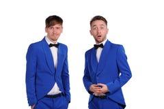Hommes drôles habillés dans la suite bleue Photographie stock