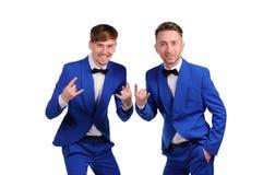 Hommes drôles habillés dans la suite bleue Images stock
