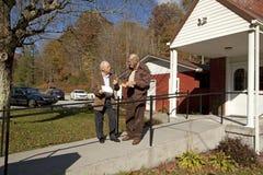Hommes en dehors d'une église dans l'Appalachia Photos libres de droits