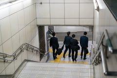 Hommes entrant dans le souterrain Images libres de droits