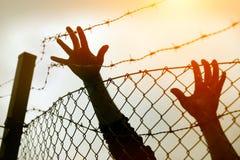 Hommes et barrière de réfugié image libre de droits