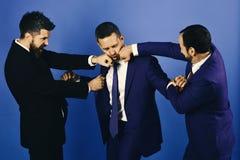 Hommes et combat mat de visages pour la direction Les hommes d'affaires portent les costumes et les cravattes futés Argument et a Photo libre de droits