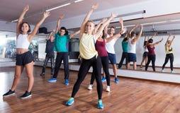 hommes et dames dansant le zumba Images libres de droits