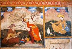 Hommes et femme détendant le thé extérieur et potable sur la peinture murale colorée Photos libres de droits