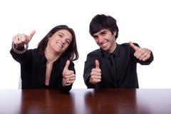 Hommes et femme faisant des gestes NORMALEMENT Images stock