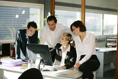 Hommes et femmes au bureau avec l'ordinateur Image libre de droits