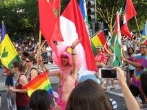 Hommes et femmes au défilé Photographie stock libre de droits