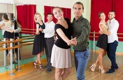 Hommes et femmes ayant la classe de danse dans le studio Photos libres de droits