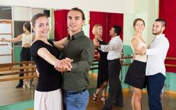 Hommes et femmes ayant la classe de danse dans le studio Photographie stock libre de droits