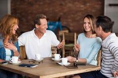 Hommes et femmes détendant en café Images stock