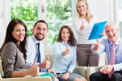 Hommes et femmes d'affaires dans le bureau ayant le succès Image stock