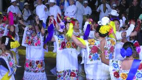 Hommes et femmes dansant en Merida Yucatan banque de vidéos