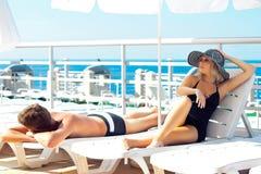 Hommes et femmes de beauté sur un yacht Images stock