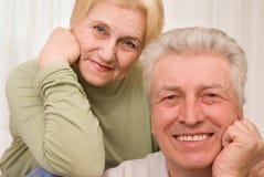 Hommes et femmes entre deux âges heureux Images libres de droits