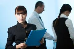 Hommes et femmes et fille avec le dépliant bleu Photo stock