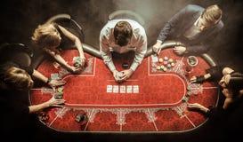 Hommes et femmes jouant le tisonnier dans le casino Image libre de droits