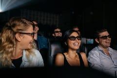 Hommes et femmes observant le film 3d dans le théâtre Photo stock