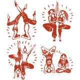 Hommes et femmes pratiquant le yoga de vapeur Photos libres de droits