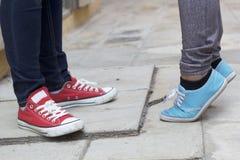 Hommes et jambes de femmes utilisant des espadrilles Photo libre de droits