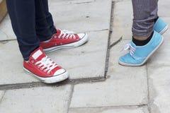 Hommes et jambes de femmes utilisant des espadrilles Image libre de droits