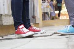 Hommes et jambes de femmes utilisant des espadrilles Images libres de droits