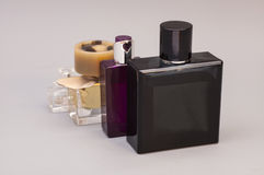 Hommes et parfum de femme dans des bouteilles Image stock