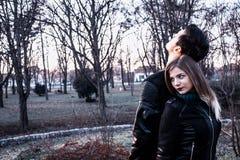 Hommes et pose de fille Photographie stock libre de droits