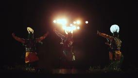 Hommes exécutant la danse indienne dans le costume traditionnel à un festival local banque de vidéos
