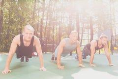 Hommes faisant des exercices physiques Photo libre de droits