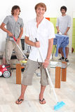 Hommes faisant des travaux du ménage photo libre de droits