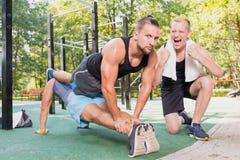 Hommes faisant l'exercice de planche photographie stock libre de droits