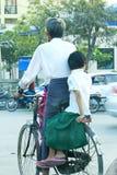 Hommes faisant un cycle avec des filles dans Myanmar image libre de droits
