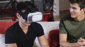 Hommes gais ayant l'amusement avec le casque de VR Photographie stock