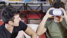 Hommes gais ayant l'amusement avec le casque de VR Photo stock