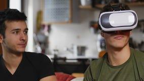 Hommes gais ayant l'amusement avec le casque de VR Images stock