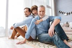 Hommes gais beaux s'asseyant sur le plancher Photo libre de droits