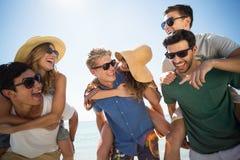 Hommes gais ferroutant des amis contre le ciel Photos libres de droits