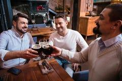 Hommes gais heureux buvant l'alcool Photos libres de droits