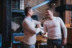 Hommes gais positifs se saluant Image libre de droits