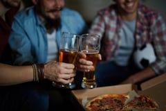 Hommes grillant avec de la bière à la maison Photo libre de droits