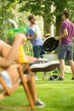 Hommes grillant la nourriture Photographie stock libre de droits