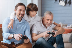 Hommes heureux avec plaisir jouant des jeux vidéo Photo libre de droits